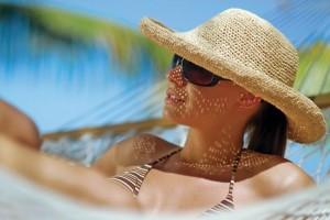 Dame met stro hoed aan het zonnen Persregio Dender
