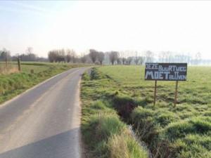 Buurtweg langs de N42 in Sint-Lievens-Esse Persregio Dender
