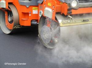 Asfalteringswerken bollen van het asfalt Persregio Dender