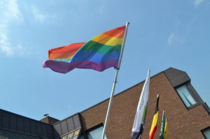 Regenboogvlag hangt op Persregio Dender