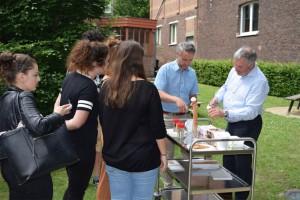 Studenten krijgen ijsje door Aalsterse schepenen Persregio Dender