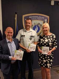 Jo Fonck en Veerle Baeyens tijdens overhandiging Gas-brochure 2018 Politie Persregio Dender